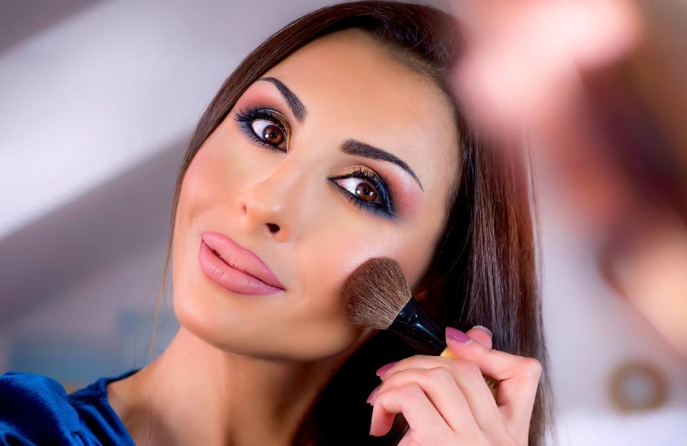Dafni with make up brush